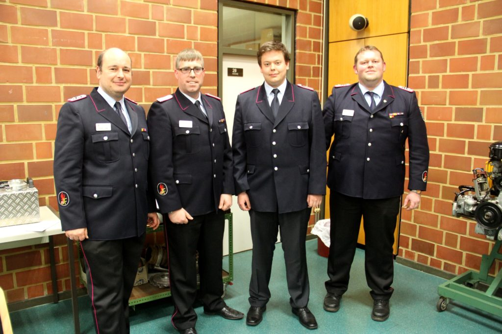 Daniel Lorenz (zweiter von rechts) wurde neuer Kassenwart. Die Kreisjugendfeuerwehrwarte Torben Schöne, Timo Würdemann und Marc Niehus gratulierten