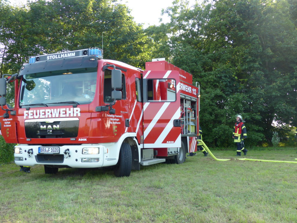 Die FF Stollhamm bekämpft einen Entstehungsbrand (Foto: Jendrik Meyer, FF Lemwerder)