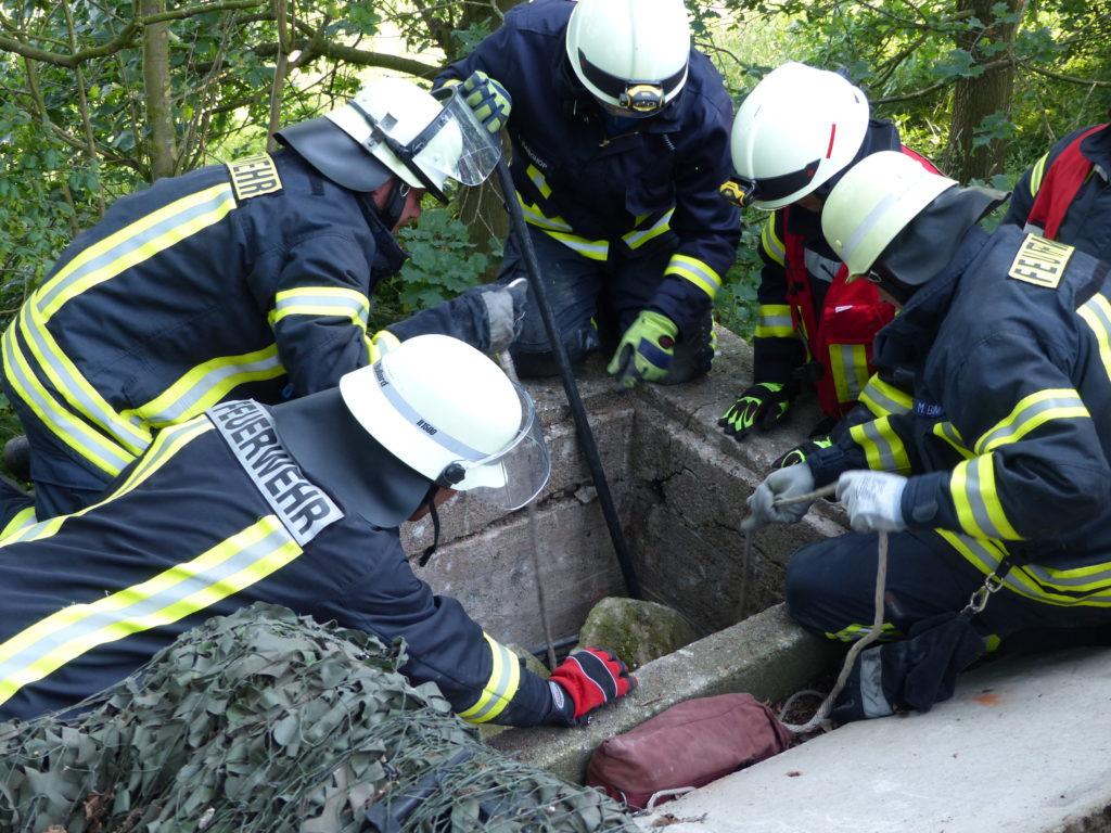 Rettung eines Verletzten aus einem Schacht (Foto: Jendrik Meyer, FF Lemwerder)