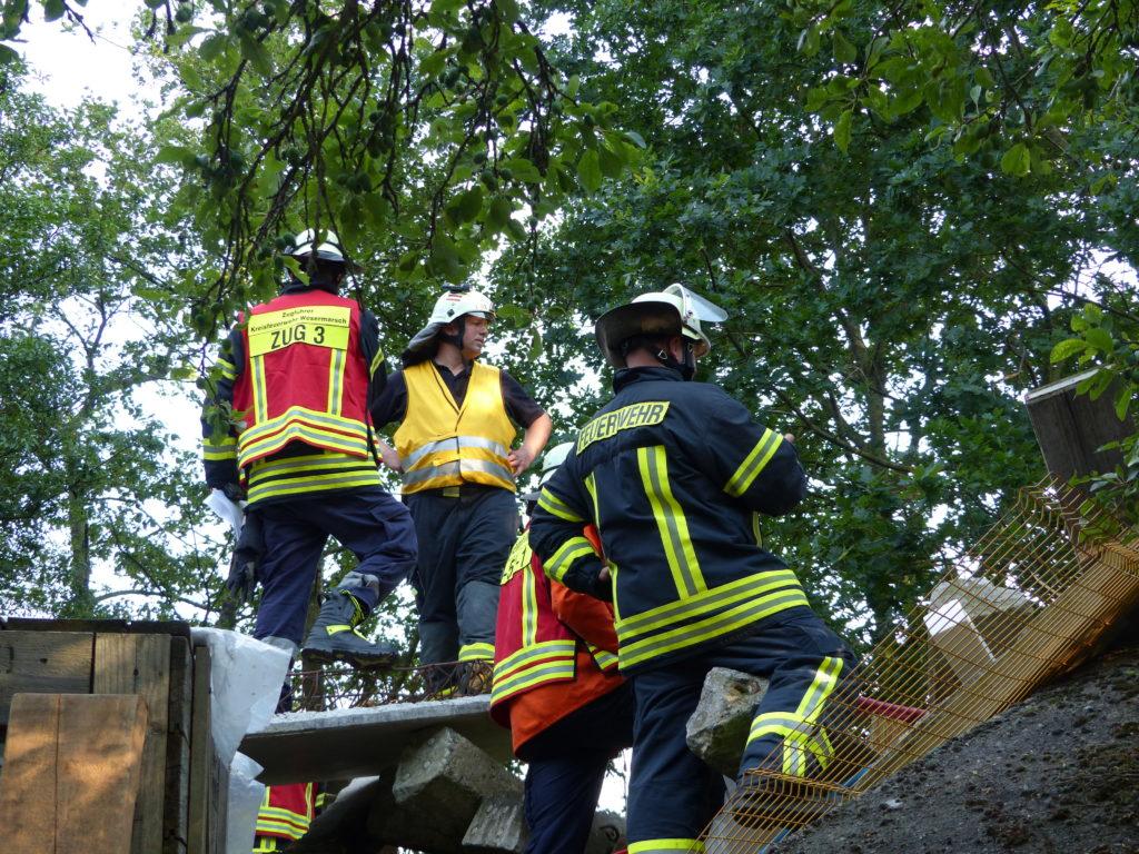 Einsatzleiter und Fachzugführer beraten sich (Foto: Jendrik Meyer, FF Lemwerder)