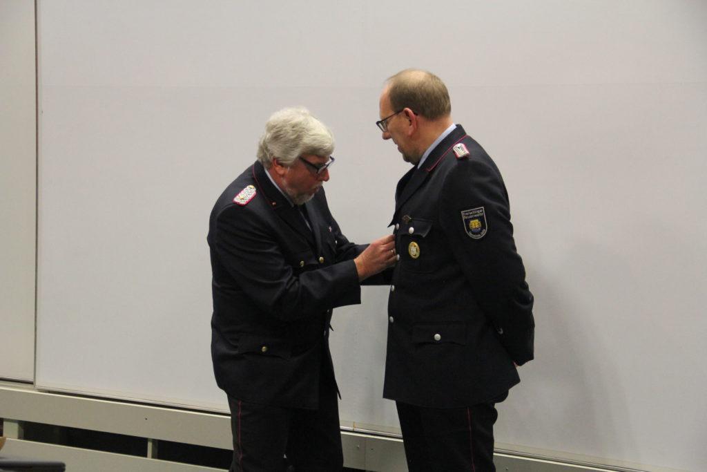 Der KBM überreicht Jörg Schröder die Verdienstmedaille des Oldenburgischen Feuerwehrverbandes in Silber