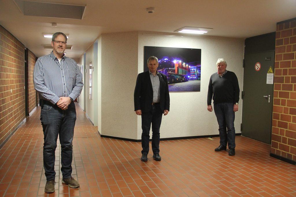 Foto: (von links) der neue stv. Kreisbrandmeister Thomas Hülsebusch, der bisherige Amtsinhaber Hartmut Schierenstedt und Kreisbrandmeister Heiko Basshusen