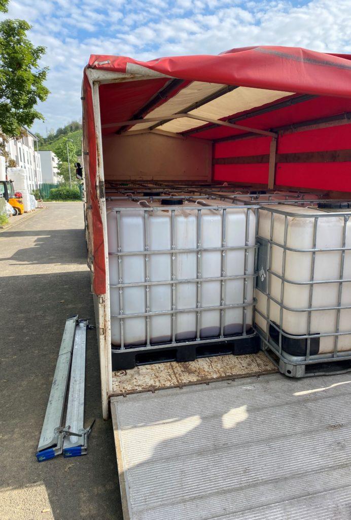 Foto (von Frederik Scholz, Kreisschirrmeister LK Wesermarsch): Die Container wurden auf dem Wechselladerfahrzeug verladen