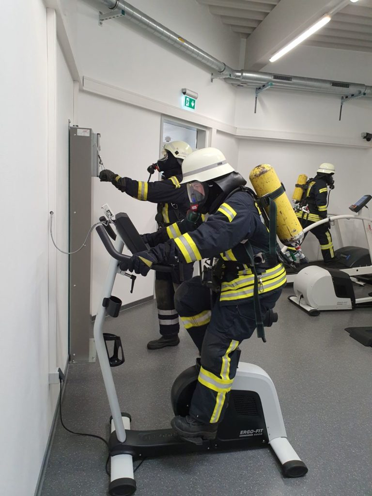 Zum Streckendurchgang gehört auch körperliche Anstrengung auf Fitnessgeräten